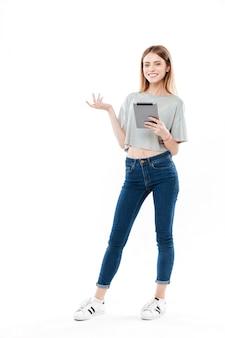 Tiro integral de mujer con tableta