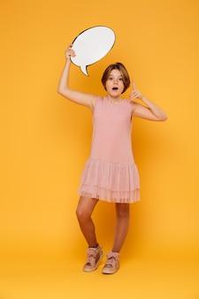 Tiro integral de niña confiada feliz con discurso de burbuja y tener una idea