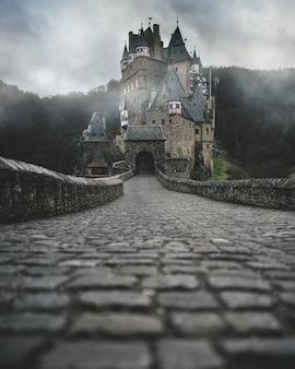 Tiro de invierno del castillo alemán burg eltz