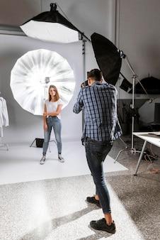 Tiro largo bonita mujer posando en studio