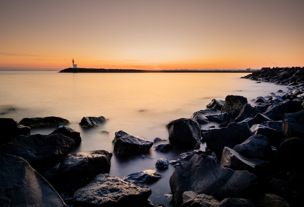 Tiro largo hermosa puesta de sol en un puerto brumoso