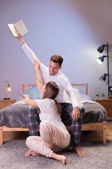 Tiro largo joven pareja en dormitorio