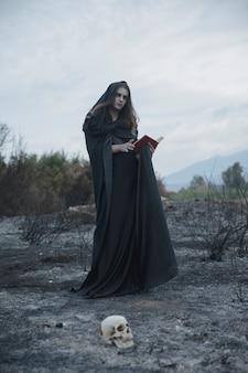 Tiro largo bajo de un mago vestido de negro