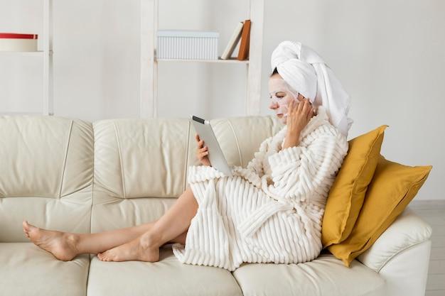 Tiro largo de mujer en bata de baño