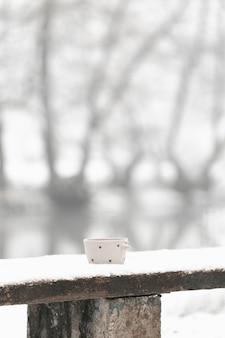 Tiro largo taza de té en el invierno