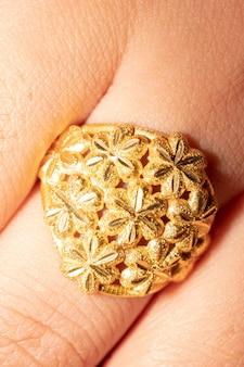 Tiro macro del anillo de oro