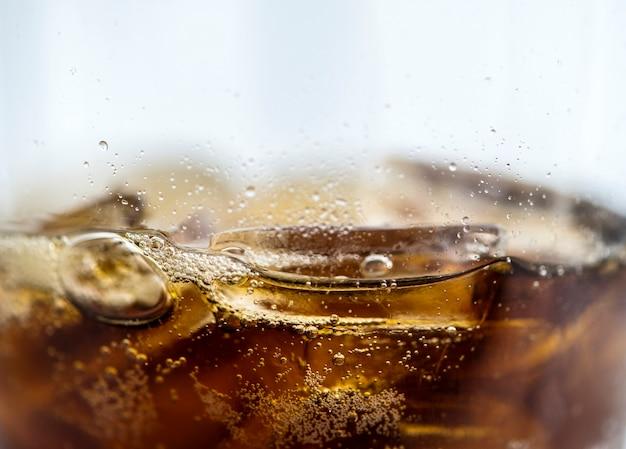 Tiro de macro de bebida de cola gaseosa