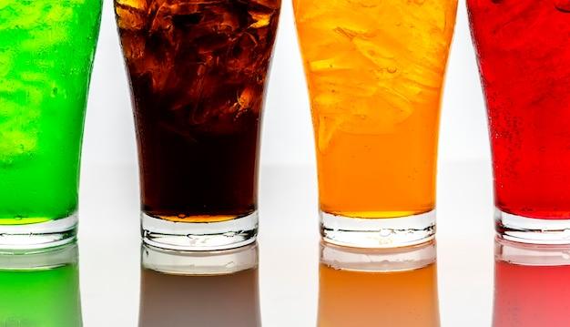 Tiro macro de bebidas gaseosas coloridas