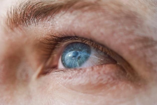Tiro de macro de ojo azul humano
