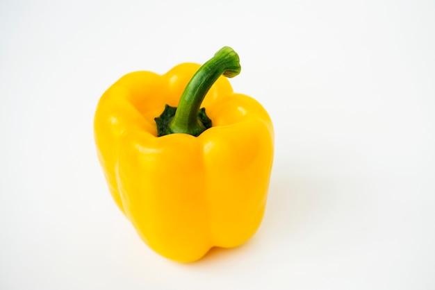Tiro macro del paprika dulce aislado en el fondo blanco