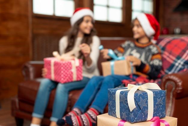 Tiro medio borroso niños con regalos