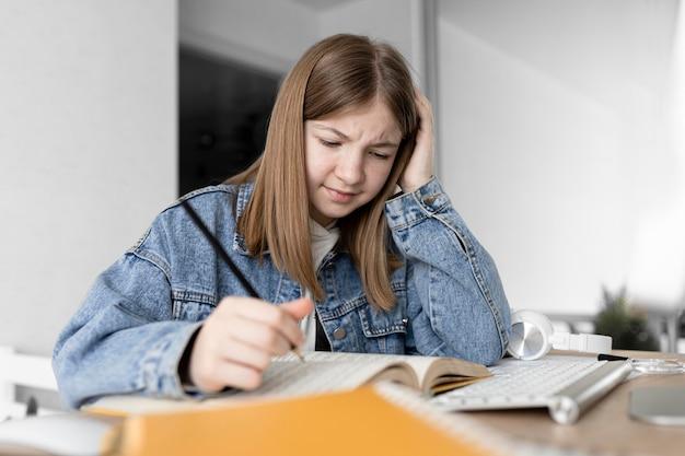 Tiro medio chica confundida escribiendo