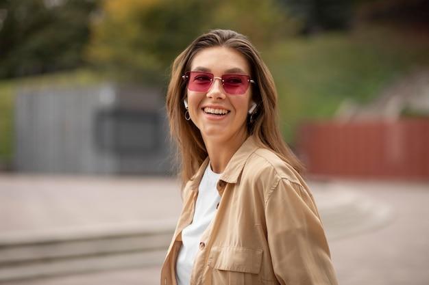 Tiro medio chica con gafas