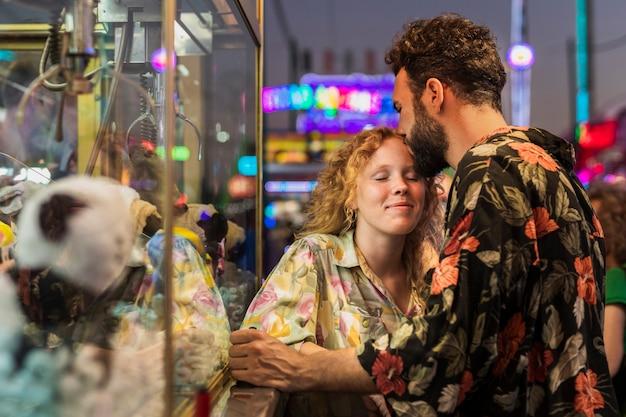 Tiro medio chico besando a chica en la frente