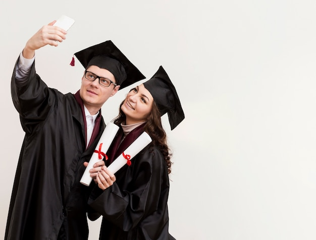 Tiro medio colegas tomando selfie