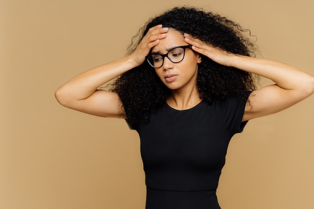 Tiro de medio cuerpo de mujer estresante con peinado afro