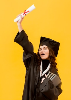 Tiro medio emocionado estudiante graduado