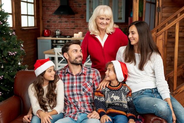 Tiro medio familia sonriente con la abuela
