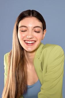 Tiro medio feliz mujer blanca