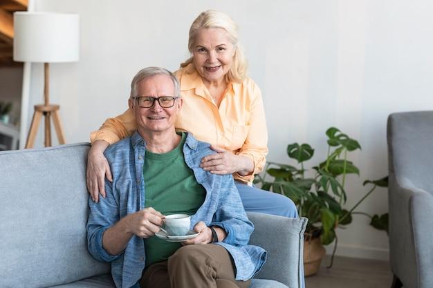 Tiro medio feliz pareja jubilada