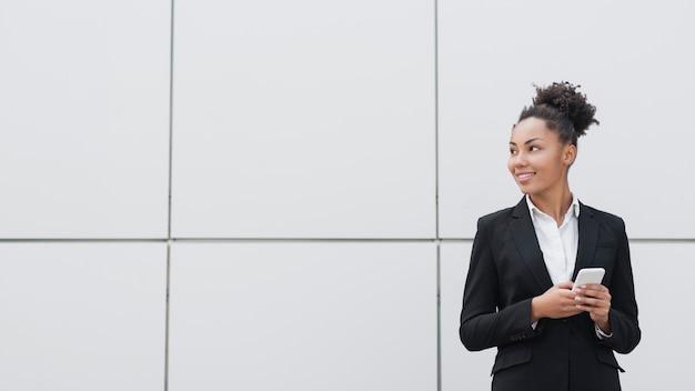 Tiro medio hermoso de la mujer corporativa