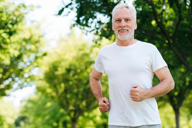 Tiro medio hombre corriendo al aire libre