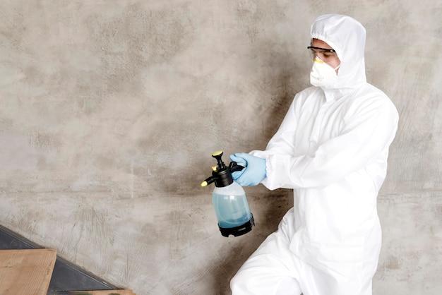 Tiro medio hombre desinfectando escaleras
