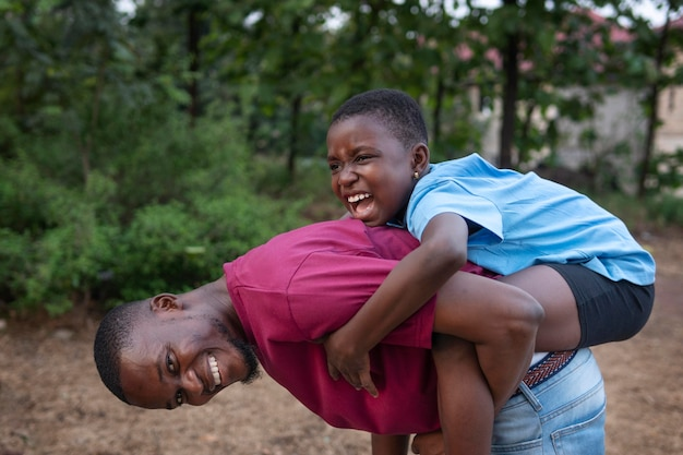 Tiro medio hombre feliz con niño