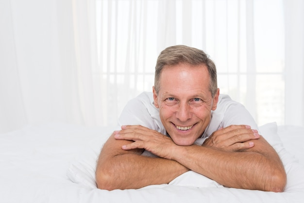 Tiro medio hombre feliz posando