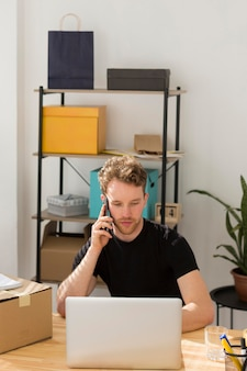 Tiro medio hombre hablando por teléfono
