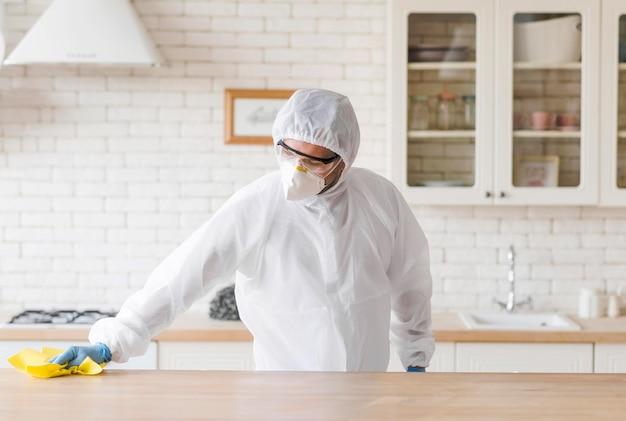 Tiro medio hombre limpieza mesa de madera