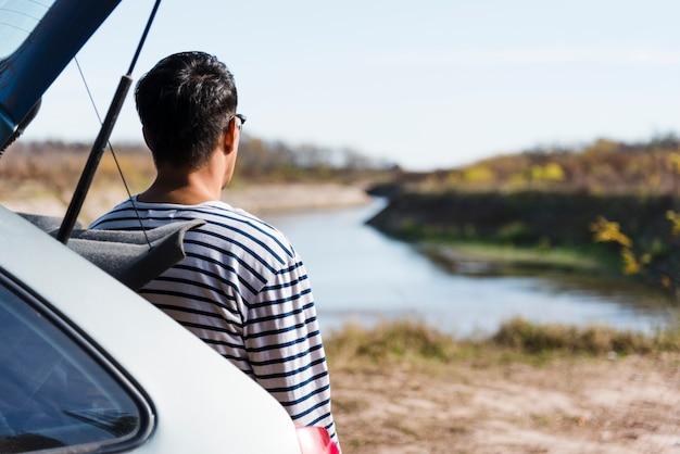 Tiro medio hombre mirando el lago