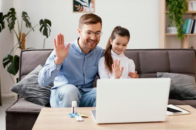 Tiro medio hombre y niña saludando al doctor