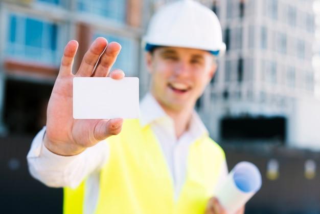 Tiro medio hombre sonriente con tarjeta de visita