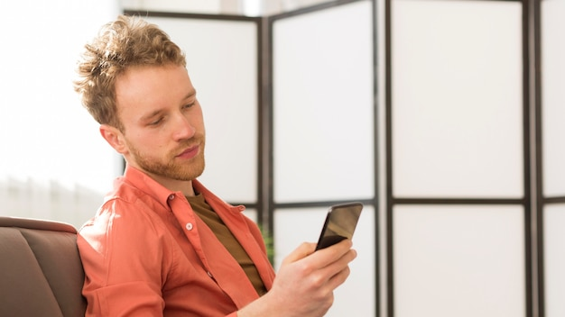 Tiro medio hombre en teléfono