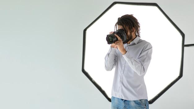 Tiro medio hombre tomando fotos