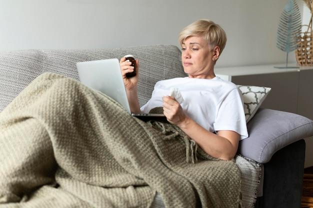 Tiro medio mujer enferma en el sofá