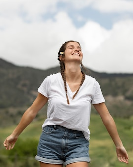 Tiro medio mujer feliz al aire libre