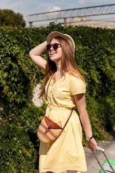 Tiro medio mujer feliz con gafas de sol
