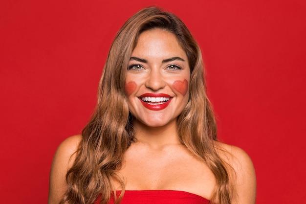 Tiro medio mujer feliz con lápiz labial rojo