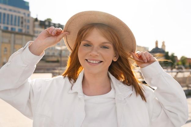 Tiro medio mujer feliz con sombrero