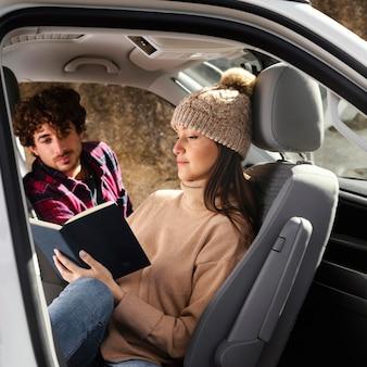 Tiro medio mujer y hombre en coche