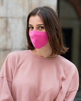 Tiro medio mujer posando con máscara