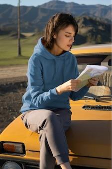 Tiro medio mujer sentada en el coche