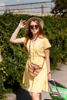 Tiro medio mujer sonriente con gafas de sol