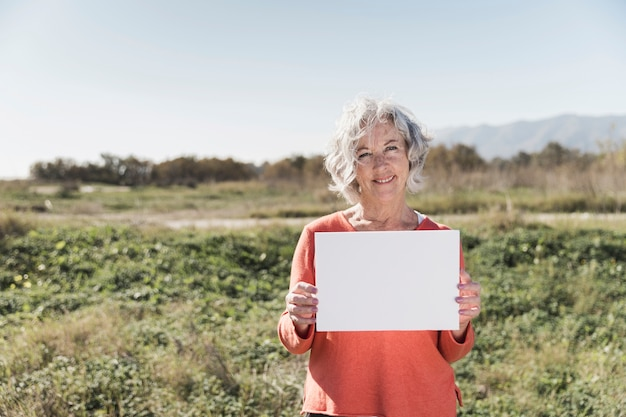 Tiro medio mujer sonriente con papel
