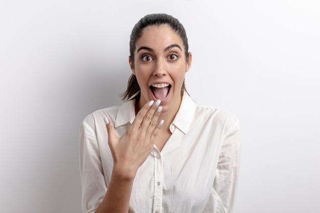 Tiro medio mujer sorprendida con fondo blanco