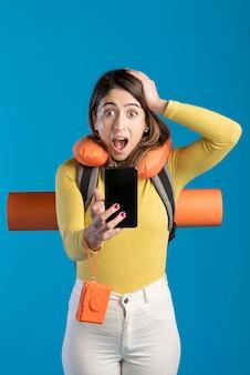 Tiro medio mujer sorprendida con teléfono