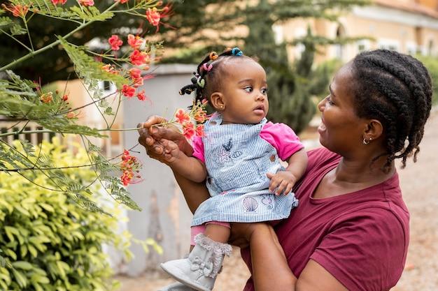 Tiro medio mujer sosteniendo niña
