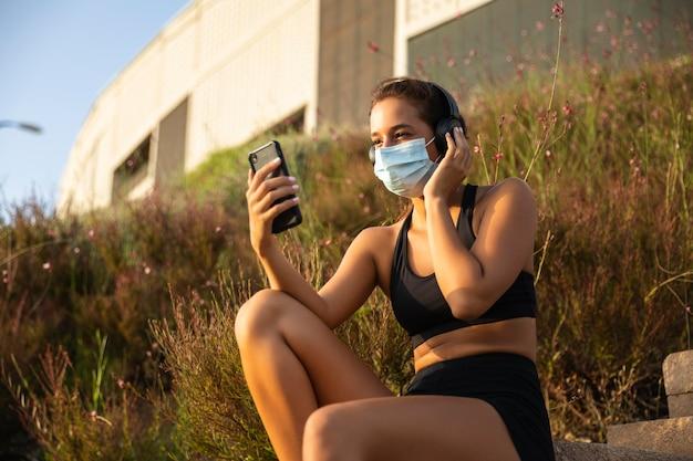 Tiro medio mujer sosteniendo smartphone